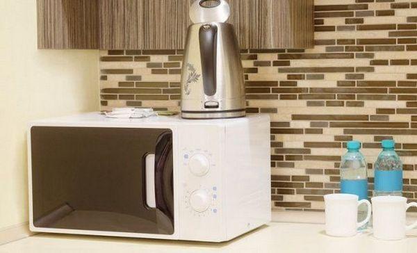 Cum să vă îngrijiți cuptorul cu microunde pentru a evita reparații costisitoare