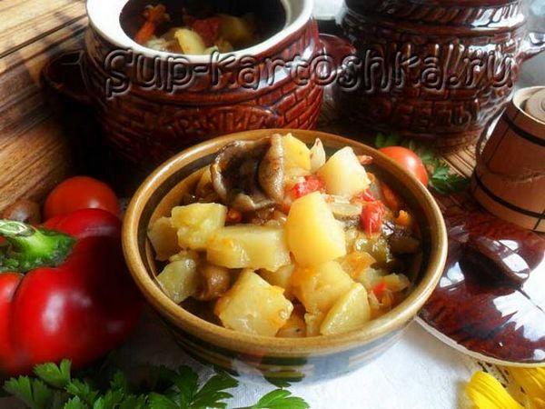 Cartofi cu uleiuri și legume într-un vas