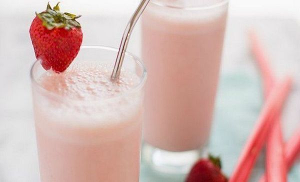 Smoothie de căpșuni rhubarb