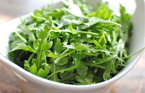 Zdravstvene prednosti rukole za žene i muškarce i tri recepta za ljetnu salatu