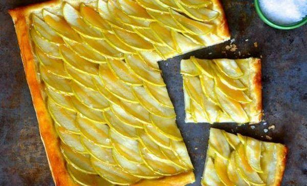 Jednoduchý jablkový koláč so solenou karamelkou