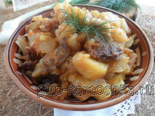 Cartofi fierți cu carne într-un aragaz lent